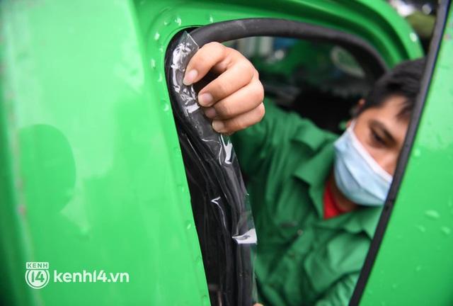 Hà Nội: Xe buýt, taxi hối hả chuẩn bị cho ngày đầu được hoạt động, đón khách trở lại - Ảnh 16.