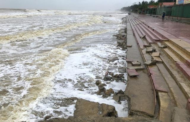 Bão số 8: Sóng cao 5m đang đánh vào bờ biển Nghệ An, hàng trăm khối đất đá sạt lở, đổ xuống quốc lộ  - Ảnh 18.
