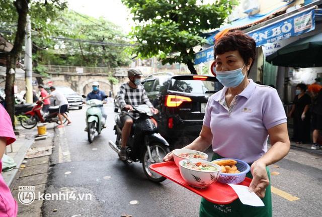 Từ sáng sớm, người dân Hà Nội phấn khởi rủ nhau đi ăn sáng: Cả tạ phở hết vèo trong vài tiếng! - Ảnh 18.