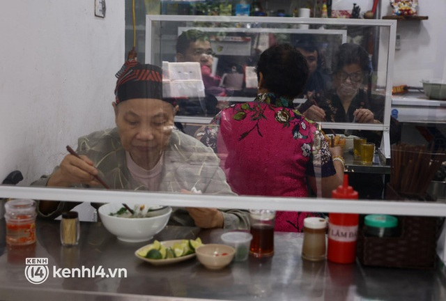 Từ sáng sớm, người dân Hà Nội phấn khởi rủ nhau đi ăn sáng: Cả tạ phở hết vèo trong vài tiếng! - Ảnh 19.