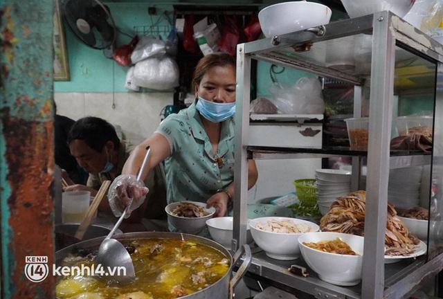 Từ sáng sớm, người dân Hà Nội phấn khởi rủ nhau đi ăn sáng: Cả tạ phở hết vèo trong vài tiếng! - Ảnh 3.
