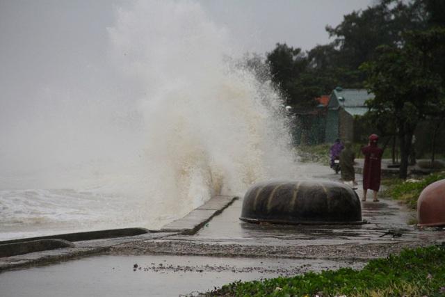 Bão số 8: Sóng cao 5m đang đánh vào bờ biển Nghệ An, hàng trăm khối đất đá sạt lở, đổ xuống quốc lộ  - Ảnh 4.