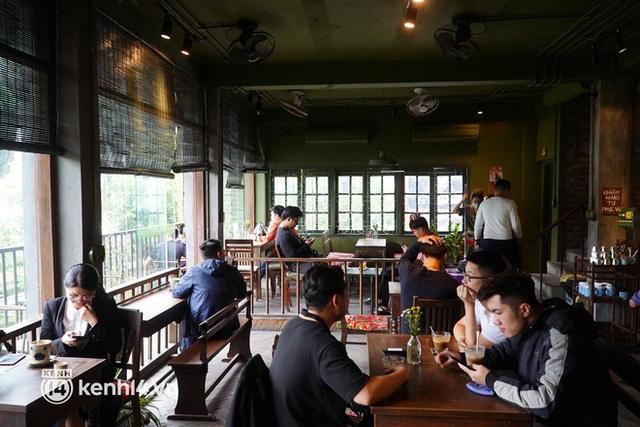 Ảnh: Sau bát phở nóng hổi, người Hà Nội thảnh thơi nhâm nhi cà phê, ngắm nhìn Thủ đô đang mùa đẹp nhất - Ảnh 4.