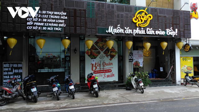 Nhà hàng, quán cà phê ở Hà Nội nhộn nhịp đón khách ăn uống tại chỗ - Ảnh 4.