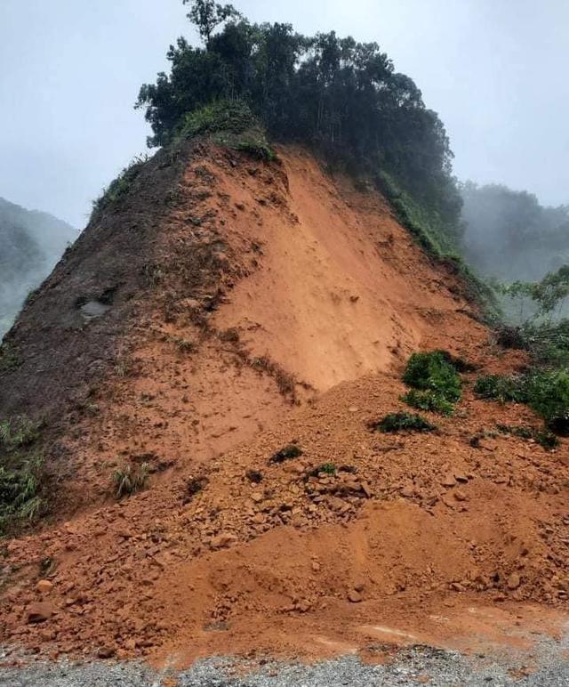 Bão số 8: Sóng cao 5m đang đánh vào bờ biển Nghệ An, hàng trăm khối đất đá sạt lở, đổ xuống quốc lộ  - Ảnh 5.