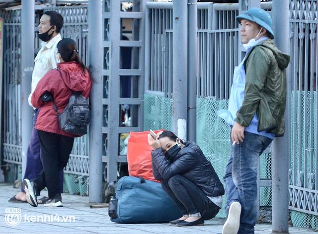 Hà Nội ngày đầu nối lại vận tải liên tỉnh: Cả bến xe chỉ có duy nhất 1 chuyến, nhiều người dân thất vọng phải quay về - Ảnh 4.