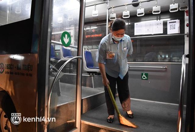 Hà Nội: Xe buýt, taxi hối hả chuẩn bị cho ngày đầu được hoạt động, đón khách trở lại - Ảnh 5.