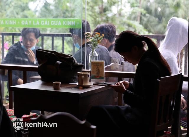 Ảnh: Sau bát phở nóng hổi, người Hà Nội thảnh thơi nhâm nhi cà phê, ngắm nhìn Thủ đô đang mùa đẹp nhất - Ảnh 5.