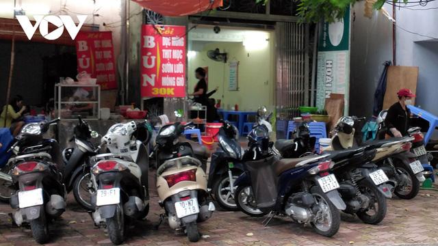 Nhà hàng, quán cà phê ở Hà Nội nhộn nhịp đón khách ăn uống tại chỗ - Ảnh 5.