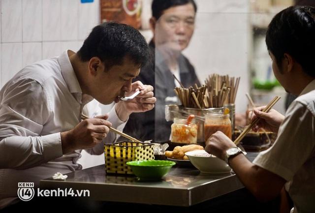 Từ sáng sớm, người dân Hà Nội phấn khởi rủ nhau đi ăn sáng: Cả tạ phở hết vèo trong vài tiếng! - Ảnh 6.