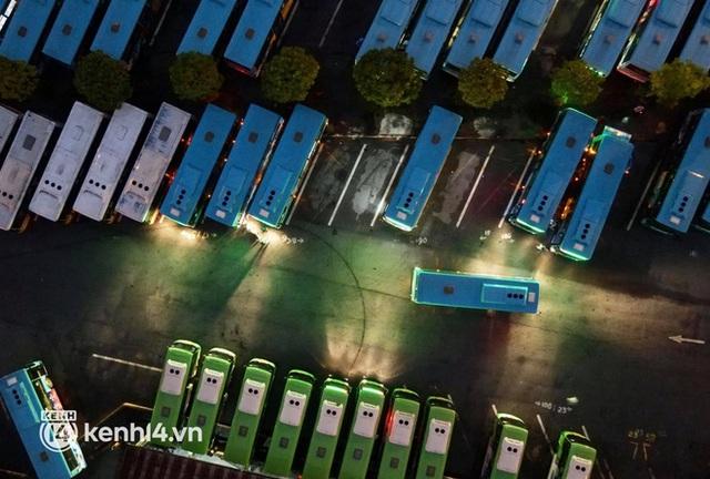 Hà Nội: Xe buýt, taxi hối hả chuẩn bị cho ngày đầu được hoạt động, đón khách trở lại - Ảnh 6.