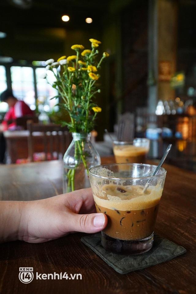 Ảnh: Sau bát phở nóng hổi, người Hà Nội thảnh thơi nhâm nhi cà phê, ngắm nhìn Thủ đô đang mùa đẹp nhất - Ảnh 6.