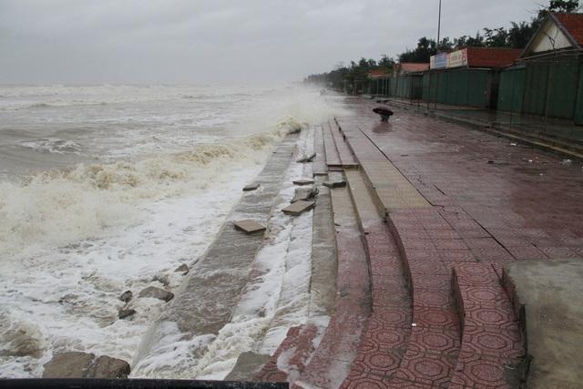 Bão số 8: Sóng cao 5m đang đánh vào bờ biển Nghệ An, hàng trăm khối đất đá sạt lở, đổ xuống quốc lộ  - Ảnh 7.