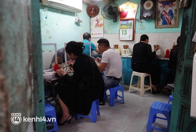 Từ sáng sớm, người dân Hà Nội phấn khởi rủ nhau đi ăn sáng: Cả tạ phở hết vèo trong vài tiếng! - Ảnh 7.