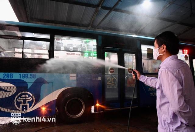 Hà Nội: Xe buýt, taxi hối hả chuẩn bị cho ngày đầu được hoạt động, đón khách trở lại - Ảnh 7.
