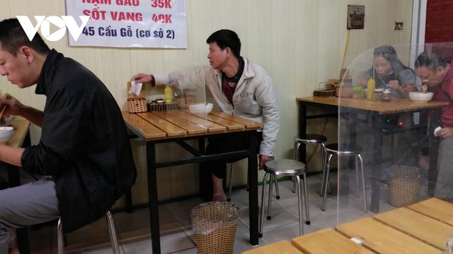 Nhà hàng, quán cà phê ở Hà Nội nhộn nhịp đón khách ăn uống tại chỗ - Ảnh 7.