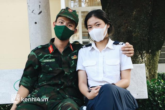 Chùm ảnh: Bộ đội bịn rịn vẫy tay tạm biệt người dân để trở về sau 2 tháng hỗ trợ TP.HCM chống dịch - Ảnh 9.