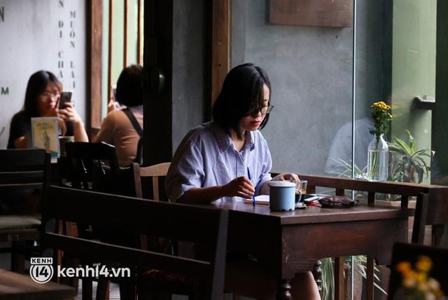 Ảnh: Sau bát phở nóng hổi, người Hà Nội thảnh thơi nhâm nhi cà phê, ngắm nhìn Thủ đô đang mùa đẹp nhất - Ảnh 9.