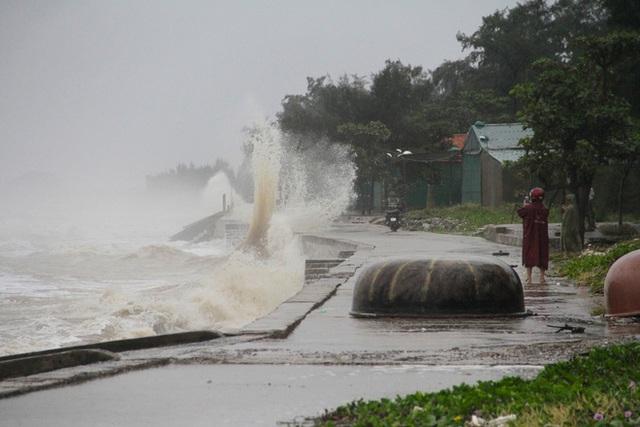 Bão số 8: Sóng cao 5m đang đánh vào bờ biển Nghệ An, hàng trăm khối đất đá sạt lở, đổ xuống quốc lộ  - Ảnh 10.