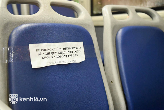 Hà Nội: Xe buýt, taxi hối hả chuẩn bị cho ngày đầu được hoạt động, đón khách trở lại - Ảnh 10.