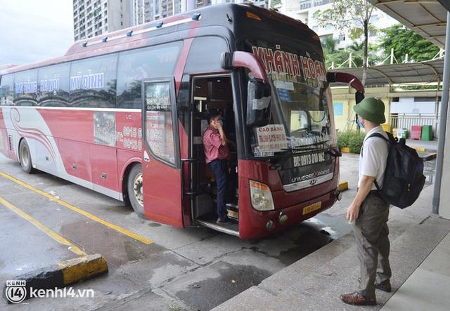 Hà Nội ngày đầu nối lại vận tải liên tỉnh: Cả bến xe chỉ có duy nhất 1 chuyến, nhiều người dân thất vọng phải quay về - Ảnh 10.