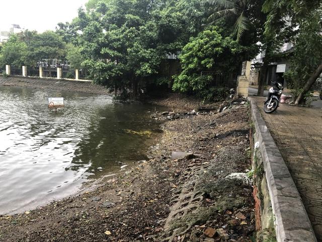 Bờ hồ Trúc Bạch giữa Hà Nội hư hỏng, nhếch nhác gây mất mỹ quan đô thị  - Ảnh 3.
