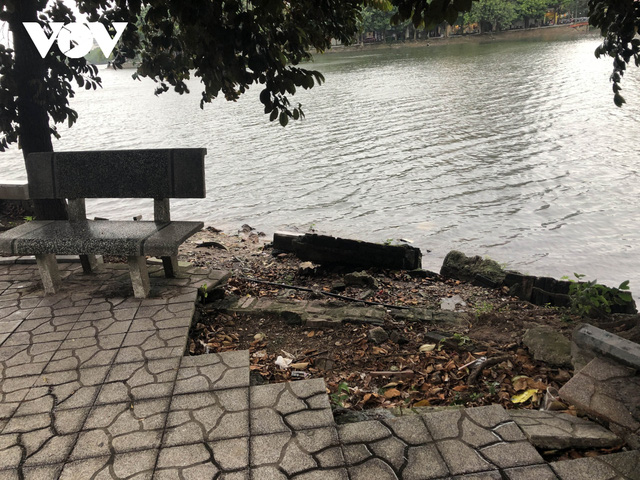 Bờ hồ Trúc Bạch giữa Hà Nội hư hỏng, nhếch nhác gây mất mỹ quan đô thị  - Ảnh 5.