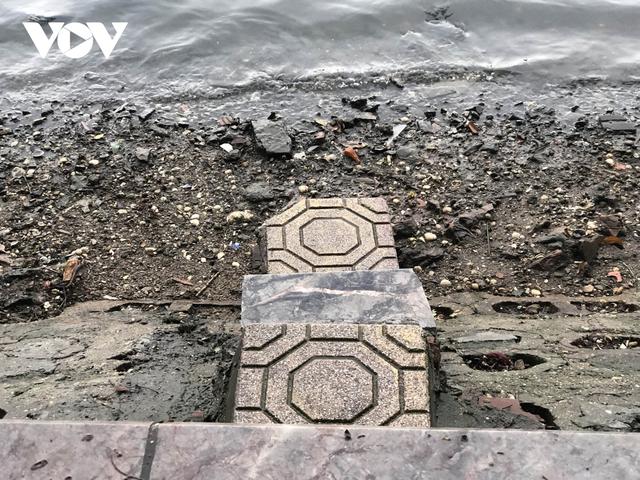Bờ hồ Trúc Bạch giữa Hà Nội hư hỏng, nhếch nhác gây mất mỹ quan đô thị  - Ảnh 8.