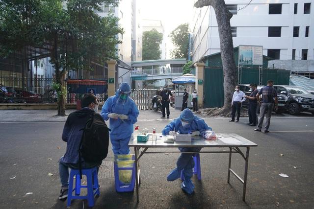 Gần 9.000 người liên quan Bệnh viện Việt Đức hơn nửa tháng qua  - Ảnh 1.