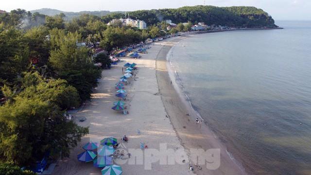 Bãi biển Đồ Sơn lác đác người đến tắm ngày đầu mở trở lại  - Ảnh 1.