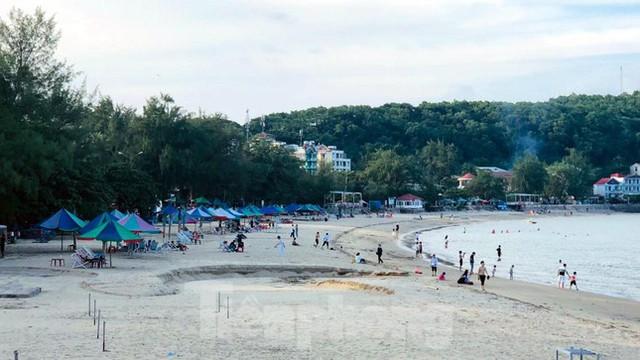 Bãi biển Đồ Sơn lác đác người đến tắm ngày đầu mở trở lại  - Ảnh 2.