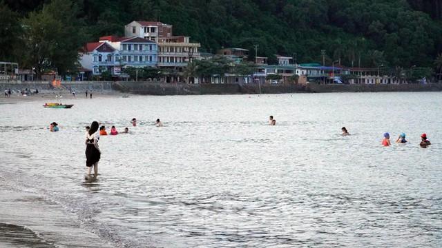 Bãi biển Đồ Sơn lác đác người đến tắm ngày đầu mở trở lại  - Ảnh 5.
