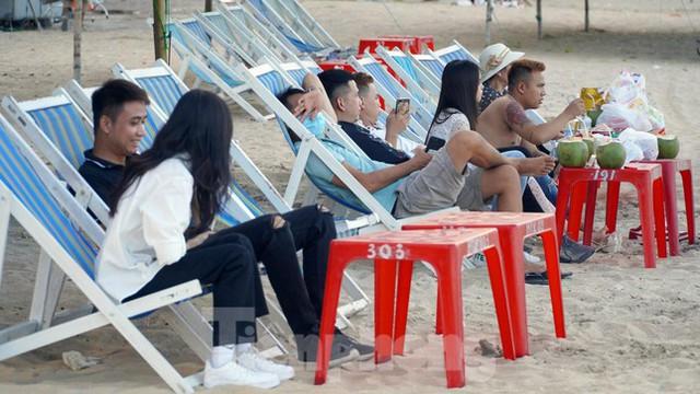 Bãi biển Đồ Sơn lác đác người đến tắm ngày đầu mở trở lại  - Ảnh 6.