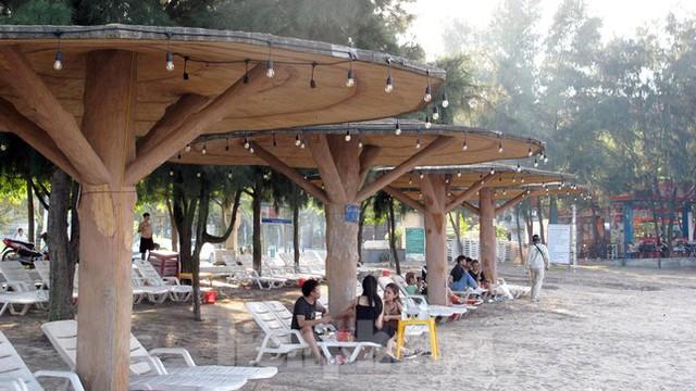 Bãi biển Đồ Sơn lác đác người đến tắm ngày đầu mở trở lại  - Ảnh 7.