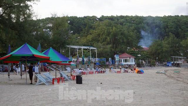 Bãi biển Đồ Sơn lác đác người đến tắm ngày đầu mở trở lại  - Ảnh 9.
