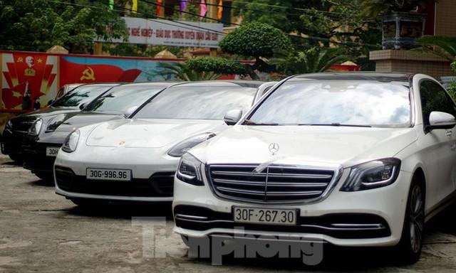 Cận cảnh dàn siêu xe bị thu giữ trong đường dây đánh bạc khủng ở Hà Nội  - Ảnh 2.