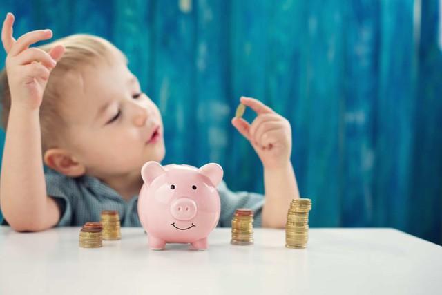 Cha mẹ thông thái không chỉ dạy con lễ độ mà còn trau dồi cho cho con kỹ năng sống: Dạy trẻ chuyện tiền bạc không bao giờ là quá sớm - Ảnh 1.