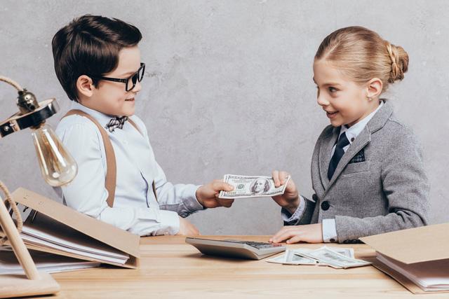 Cha mẹ thông thái không chỉ dạy con lễ độ mà còn trau dồi cho cho con kỹ năng sống: Dạy trẻ chuyện tiền bạc không bao giờ là quá sớm - Ảnh 2.