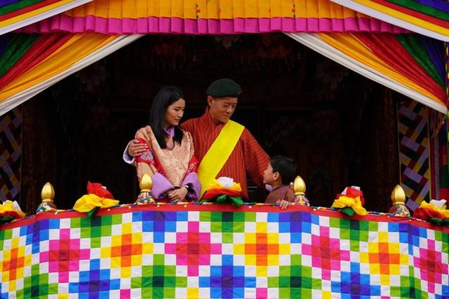 Đăng ảnh kỷ niệm 10 năm ngày cưới, Hoàng hậu vạn người mê Bhutan khiến dư luận phát sốt với vẻ ngoại hình hiện tại - Ảnh 3.