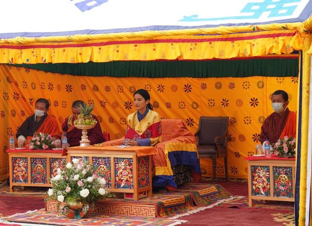Đăng ảnh kỷ niệm 10 năm ngày cưới, Hoàng hậu vạn người mê Bhutan khiến dư luận phát sốt với vẻ ngoại hình hiện tại - Ảnh 4.