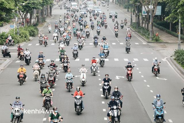 TP.HCM sáng đầu tuần sau nới lỏng giãn cách: Lâu lắm rồi mới thấy cảnh người dân chen chúc trên đường - Ảnh 1.