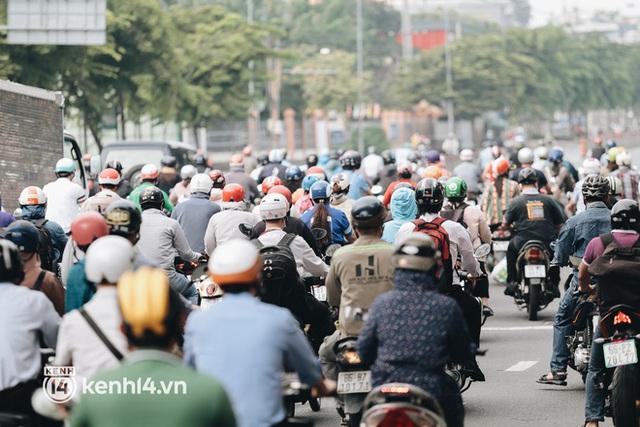 TP.HCM sáng đầu tuần sau nới lỏng giãn cách: Lâu lắm rồi mới thấy cảnh người dân chen chúc trên đường - Ảnh 2.