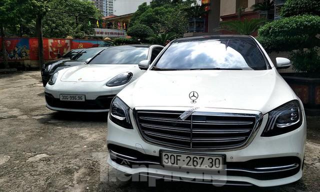 Cận cảnh hàng chục xe sang cùng lượng tiền mặt khủng vừa bị thu giữ trong đường dây đánh bạc ở Hà Nội - Ảnh 2.