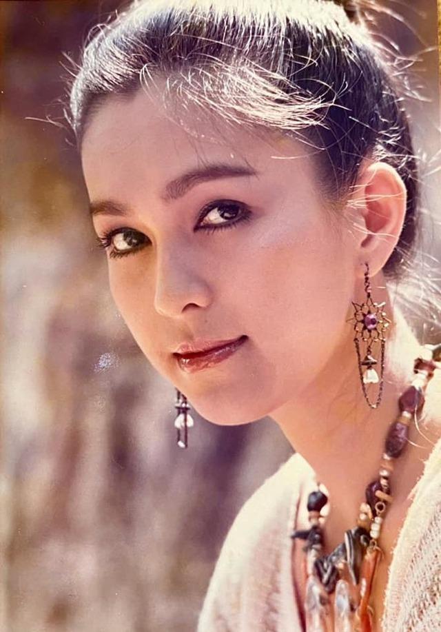 Nữ hoàng ảnh lịch có 2 cô con gái học vấn siêu đỉnh: Ngoại ngữ biết 4 thứ tiếng, đẹp đến mức ai cũng khuyên nên đi thi hoa hậu - Ảnh 1.