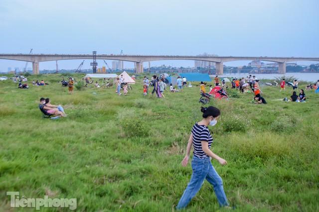 Nghìn người rủ nhau cắm trại dưới chân cầu Vĩnh Tuy sau nới lỏng giãn cách - Ảnh 1.