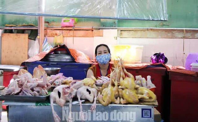 Đà Nẵng: Chợ truyền thống đìu hiu, hàng trăm tiểu thương mỏi mòn chờ khách - Ảnh 1.