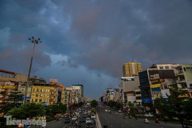 Đường phố Thủ đô tắc nghẹt sau cơn mưa lớn lúc tan tầm  - Ảnh 1.