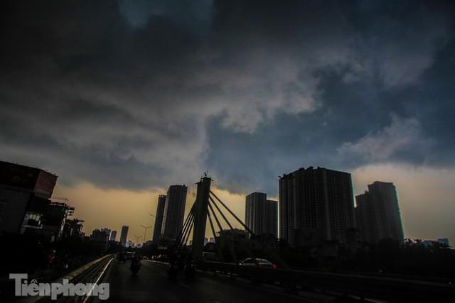 Đường phố Thủ đô tắc nghẹt sau cơn mưa lớn lúc tan tầm  - Ảnh 2.