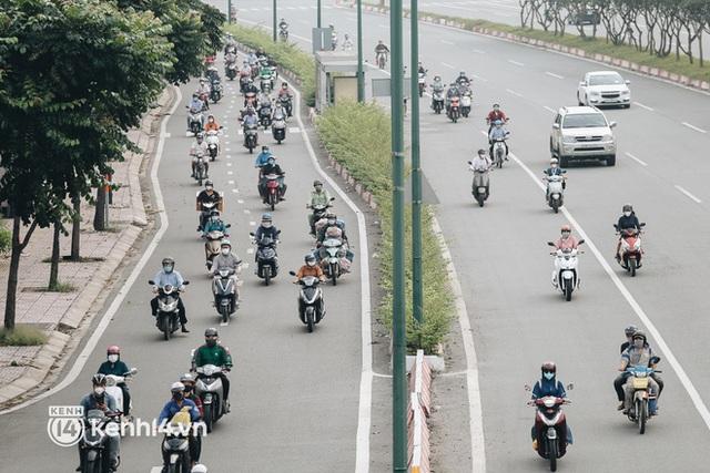 TP.HCM sáng đầu tuần sau nới lỏng giãn cách: Lâu lắm rồi mới thấy cảnh người dân chen chúc trên đường - Ảnh 11.
