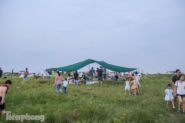 Nghìn người rủ nhau cắm trại dưới chân cầu Vĩnh Tuy sau nới lỏng giãn cách - Ảnh 11.